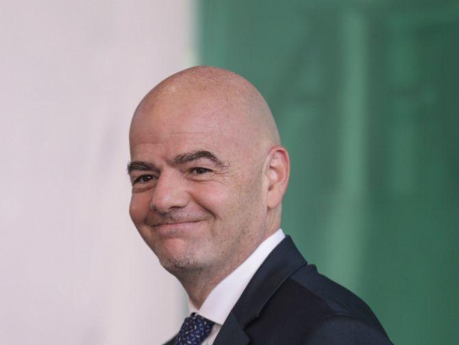 """""""Costumbres idiotas"""": Presidente de la FIFA pide acabar con los cantos homofóbicos"""