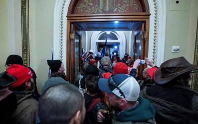Juez excarcela al líder de Proud Boys del estado de Washington arrestado en disturbios en el Capitolio