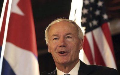 Gobernador de Arkansas considera que Trump seguirá dividiendo al país