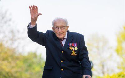 Falleció el capitán Sir Tom Moore a los 100 años de COVID-19