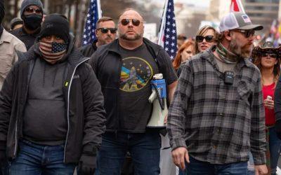 Autoridades investigan posibles vínculos entre Roger Stone, Alex Jones y alborotadores del Capitolio