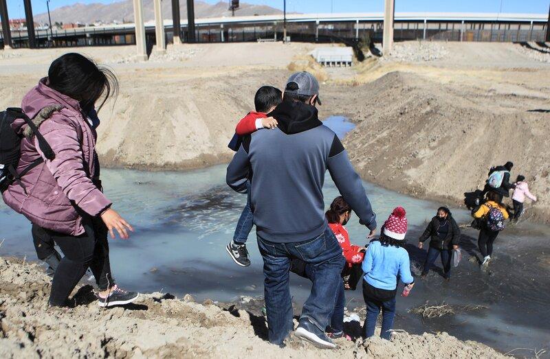 TRÁNSITO. Decenas de migrantes centroamericanos con niños cruzan el Río Bravo hacia Estados Unidos, el pasado viernes 5 de febrero, desde la fronteriza Ciudad Juárez.   Foto: EFE/Luis Torres.