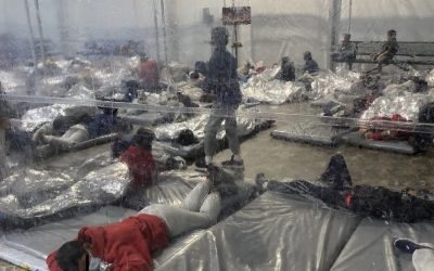 Legislador de Texas revela fotos de niños inmigrantes en instalación fronteriza