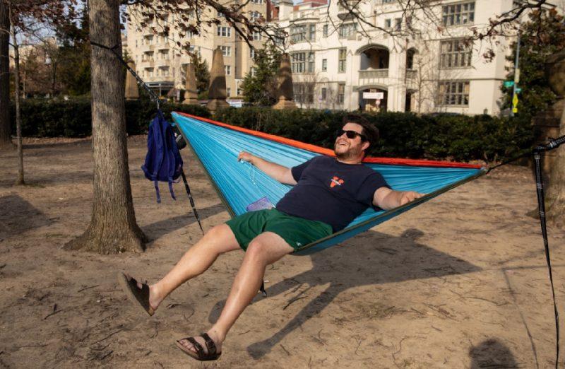 Adam Rosen se mece en su hamaca en el Meridian Hill Park in Washington.
