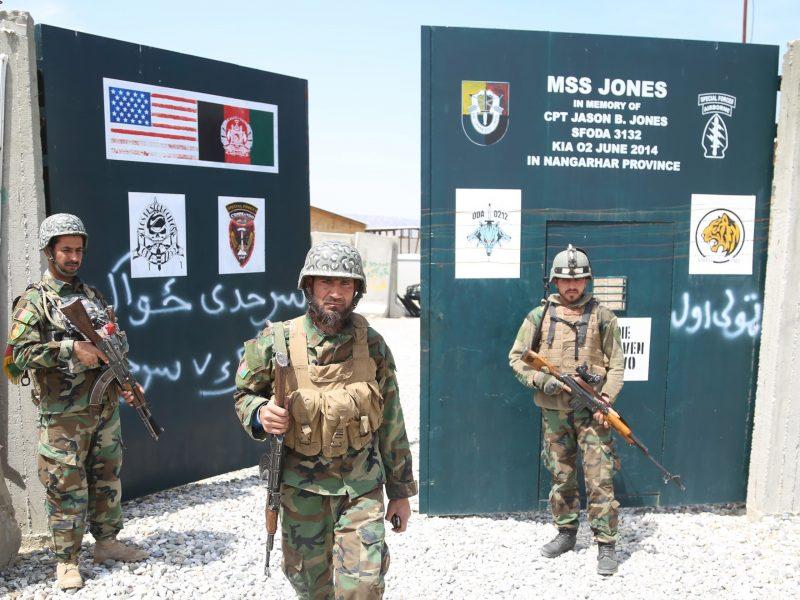 TOMA. Soldados del ejército afgano aseguran una base militar que anteriormente usaban las tropas estadounidenses, en el distrito de Haska Meyna de la provincia de Nangarhar, Afganistán, el 14 de abril de 2021.   Foto: Efe.