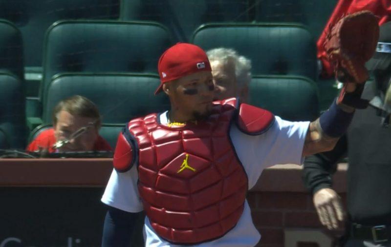 Yadier Molina saluda al público, al escuchar aplausos en su juego 2.000 como receptor / captura de MLB Network
