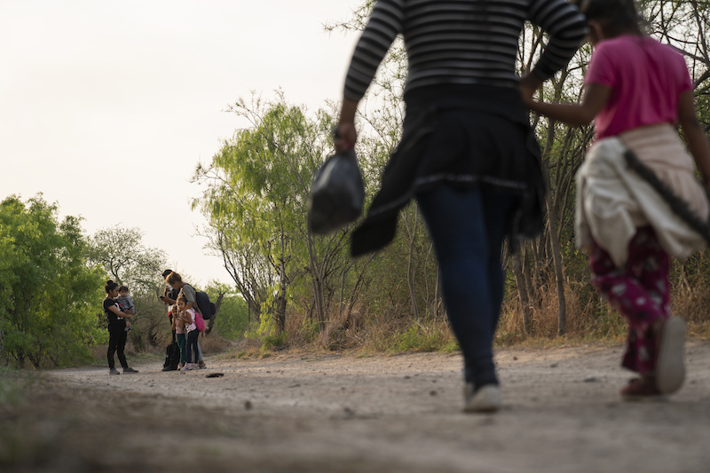 EE.UU. medita pagos en efectivo para ayudar a frenar la migración