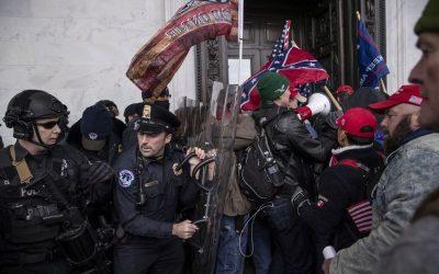 Una vez cantó en el Carnegie Hall. Ahora enfrenta cargos por atacar a un policía con una asta de bandera en los disturbios del Capitolio