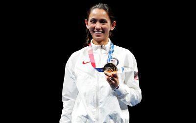 Estudiante de medicina estadounidense gana medalla de oro en esgrima en Tokio