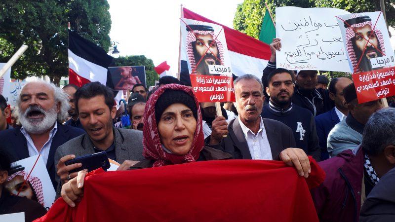RECHAZO. Cientos de personas se manifestaron en Túnez en contra del príncipe heredero de Arabia Saudí, Mohamad bin Salman, después del asesinato del periodista Jamal Khashoggi.   Foto: Efe/Javier Martín.