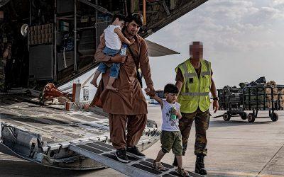 ¿Dónde aterrizan los aviones cargados de civiles que huyen de Afganistán?
