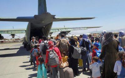 Evacúan a 28 estadounidenses desde Afganistán