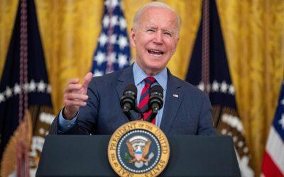 """Biden califica a gobernadores republicanos como """"arrogantes"""" por no tomar medidas para evitar la propagación del COVID-19"""