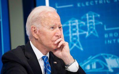 El índice de aprobación de Biden cae por debajo del 50 %
