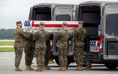 Biden rinde homenaje a soldados estadounidenses asesinados en Afganistán
