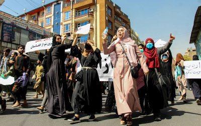 Mujeres afganas desafían a los talibanes y se unen a protestas en las calles de Kabul