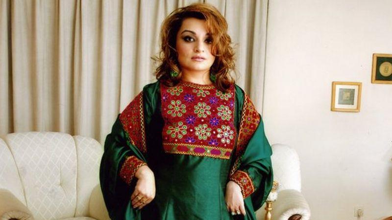 """""""Esto es la cultura de Afganistán"""": las afganas que muestran cómo es realmente su """"ropa tradicional"""" en desafío al Talibán"""