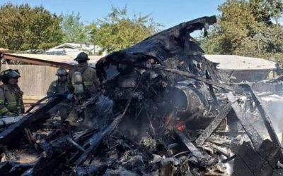 Un avión militar que se estrelló en barrio residencial de Texas y dejó un herido grave