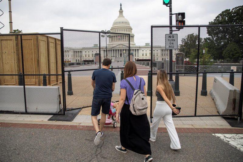 Nuevamente los alrededores del Capitolio fueron bloqueados con cercas ante la protesta pautada para este próximo sábado en respaldo a los acusados del asalto al Capitolio el pasado 6 de enero. Foto: EFE