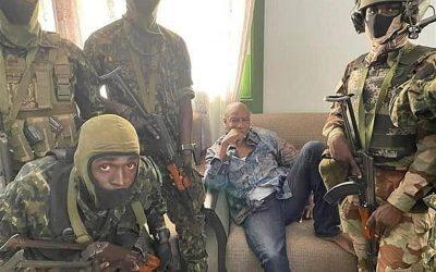 Militares de Guinea dicen que detuvieron al presidente y tomaron el control del país