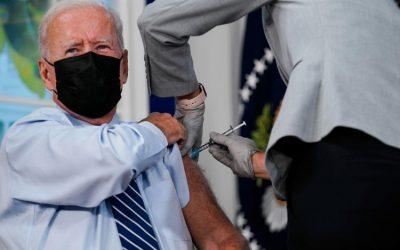 Biden recibe la dosis de refuerzo e invita a los estadounidenses elegibles a vacunarse