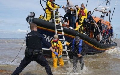 Por qué está llegando por el canal de la Mancha a Reino Unido un número récord de migrantes
