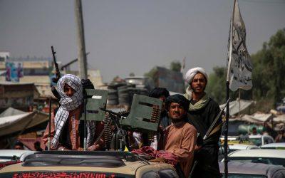 Talibanes combaten para controlar la última provincia no conquistada de Afganistán