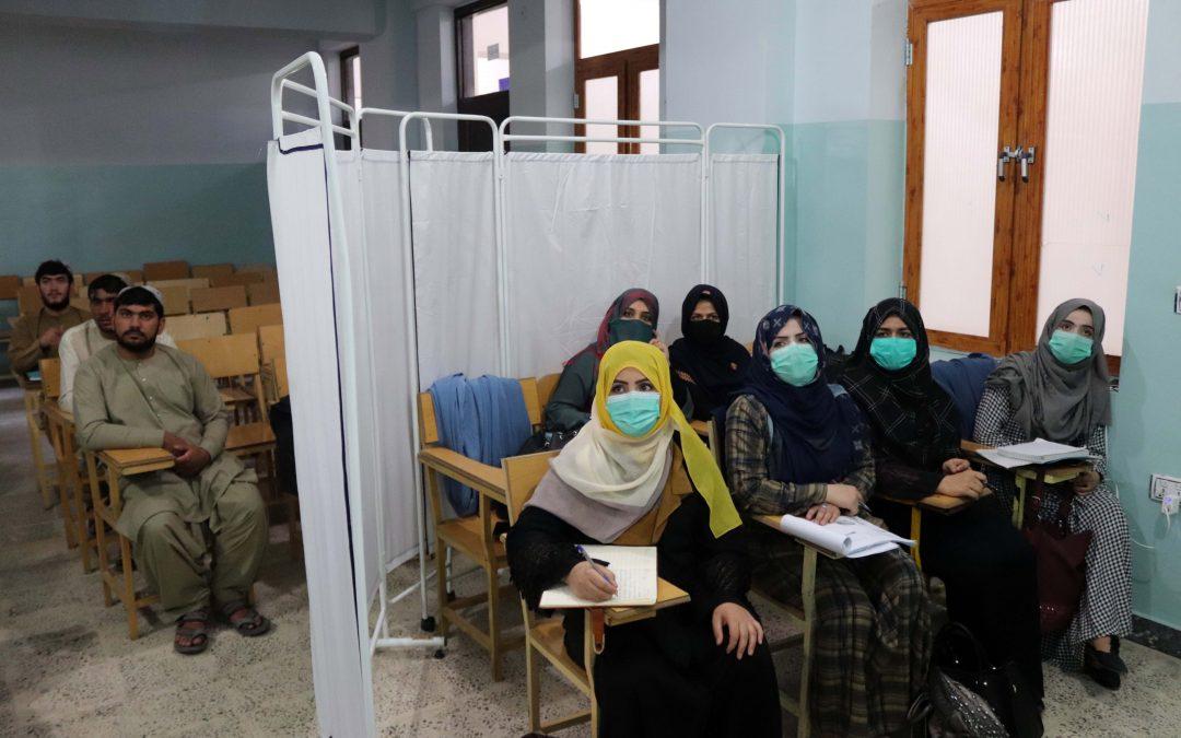 Mujeres afganas tienen restringido enseñar o asistir a la Universidad de Kabul