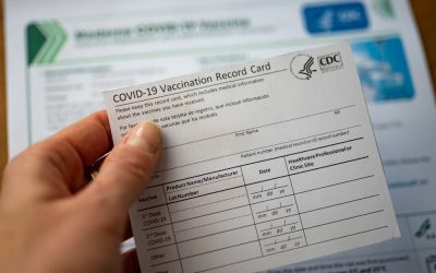 CDC recomienda a personas no vacunadas evitar los viajes