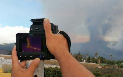 Miles de personas huyen tras erupción de volcán en Islas Canarias, España