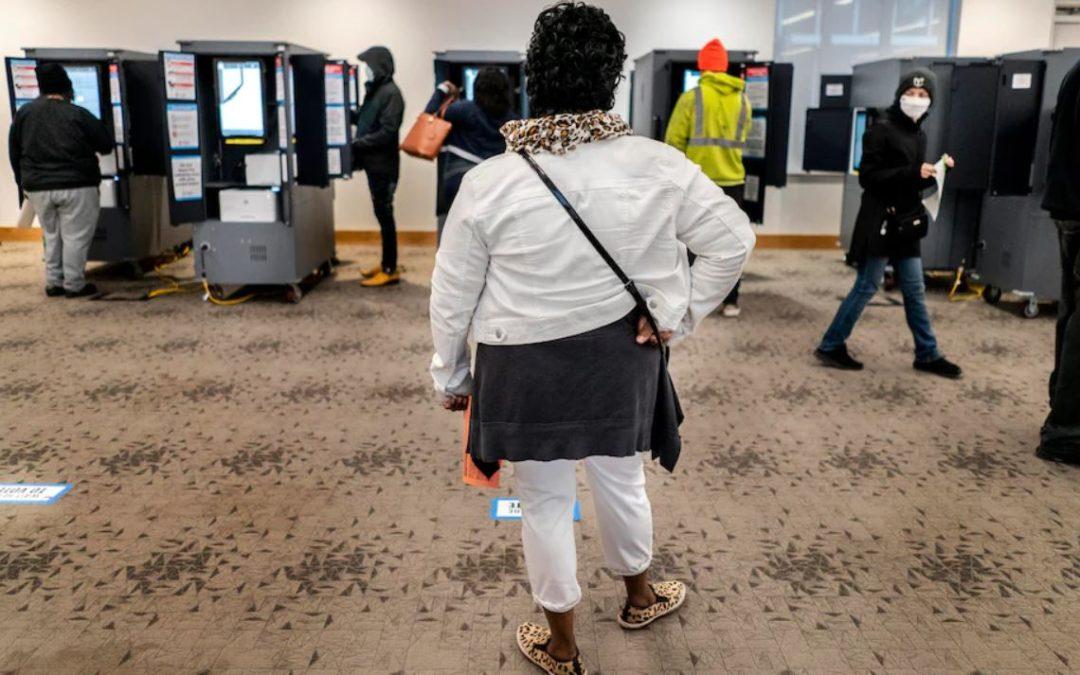 Despiden a trabajadores electorales de Georgia por presuntamente dañar formularios de registro de votantes