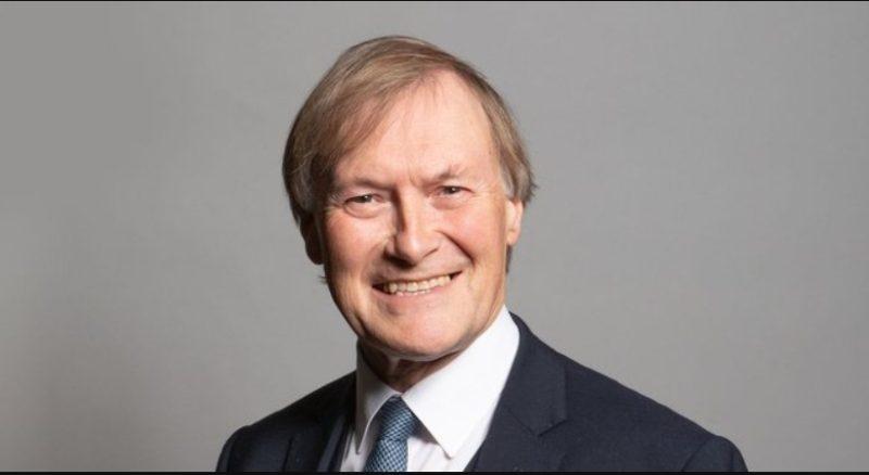 Murió diputado inglés David Amess tras ser apuñalado durante acto público
