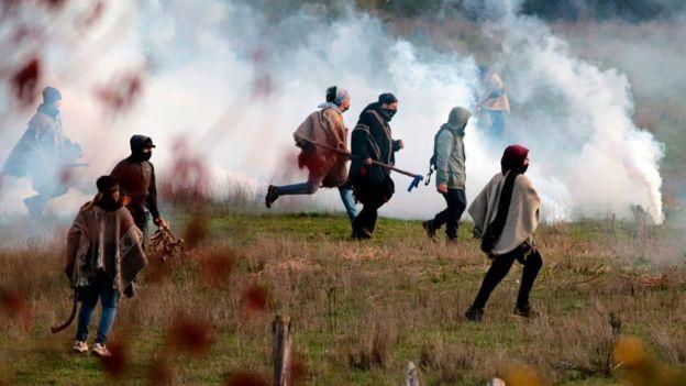 Estado de emergencia en Chile: 3 claves para entender el centenario conflicto mapuche (y por qué Piñera decidió enviar al ejército al sur del país)