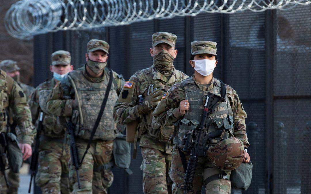 Miles de soldados aún no han cumplido con el mandato de vacunación contra el COVID-19
